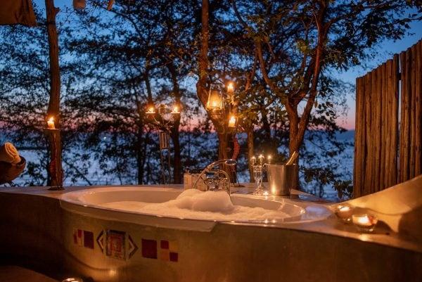 romantic_outdoor_bathtub
